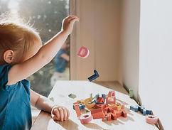 Spiel mit Holzalphabeten