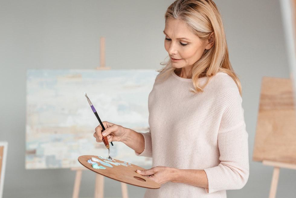 Malerin arbeitet