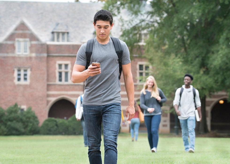 Estudante no celular