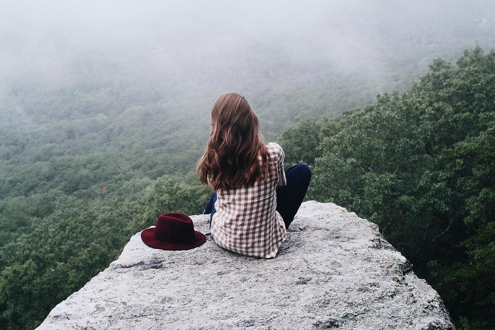 岩の上に座って