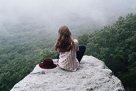 auf einem Felsen sitzen