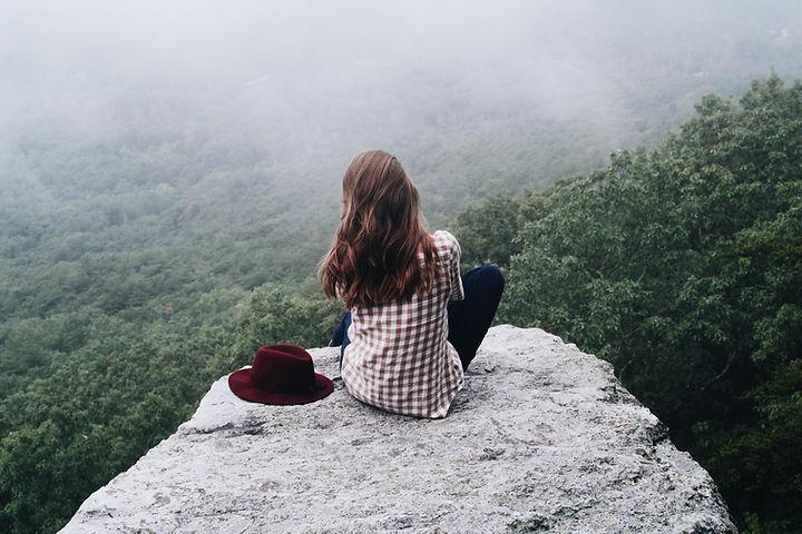 zittend op rots