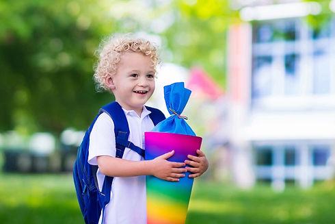 Garoto segurando um cone de escola