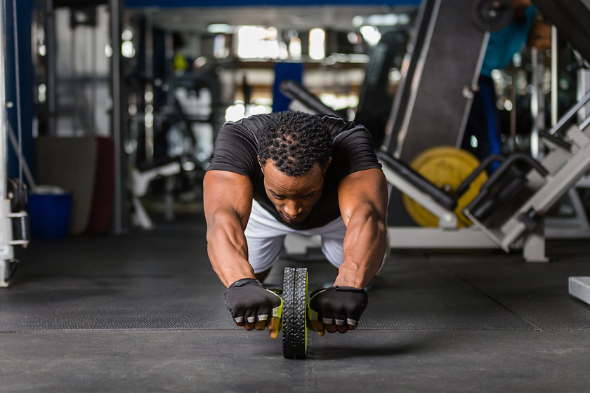 Homem treinando no chão