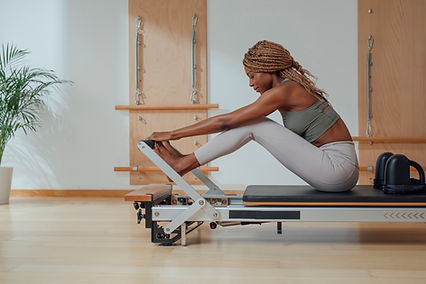 Prática de Pilates em um reformador