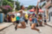 Девушки танцуют на уличной вечеринке