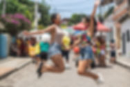 Chicas bailando en la fiesta callejera