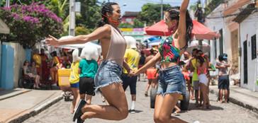 Meninas dançando na festa de rua