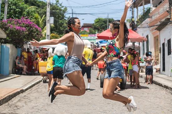 Meisjes dansen op straatfeest