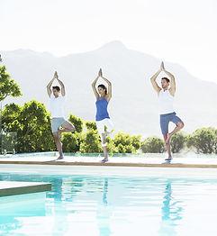 Lezione di yoga in piscina