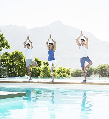 Clase de yoga en la piscina