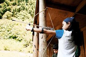 Chica con arco y flecha