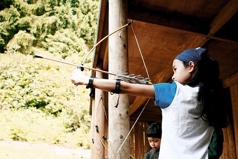 Ragazza con arco e freccia