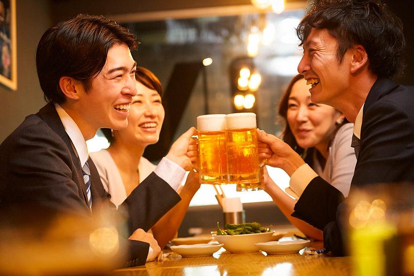 お酒を飲む社会人