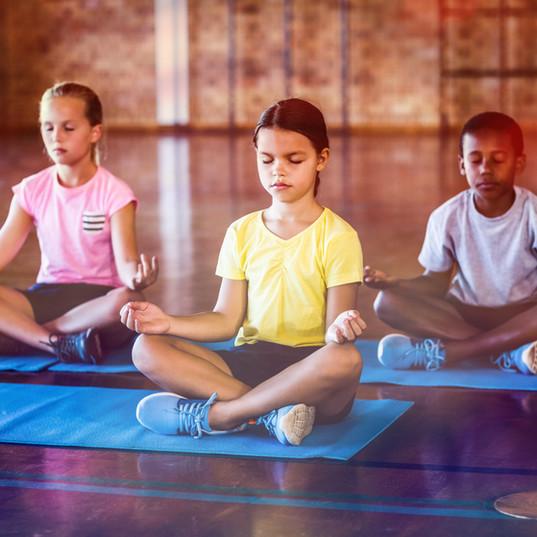 Crianças meditando