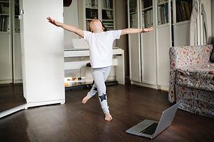 Criança dançando em casa