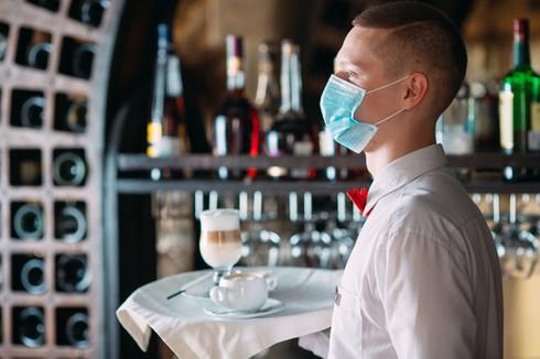 číšník s maskou