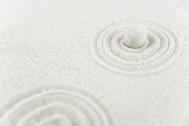 Weißer Sand und Stein