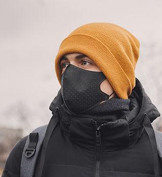 Człowiek z maską medyczną
