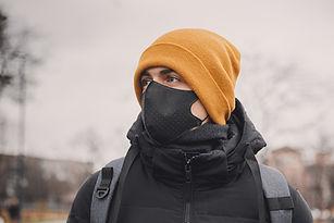 Hombre con máscara médica