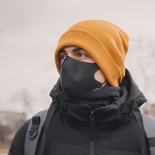 Tıbbi maske olan adam