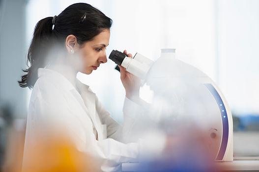 Científico usando microscopio