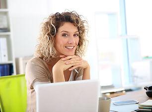 Kvinna som arbetar på bärbar dator