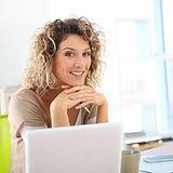 Dizüstü bilgisayarda çalışan kadın