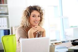 Mujer que trabaja en la computadora port