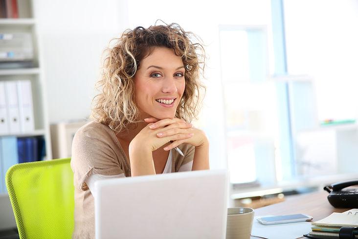 Femme, travailler, ordinateur portable