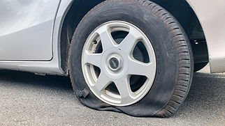 パンクした自動車の後輪