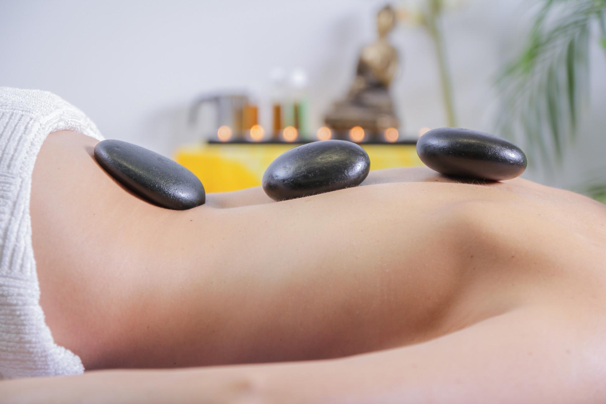 Massage aux pierres noires