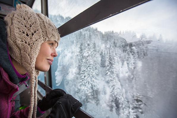 Femme observant la vue depuis un téléphérique