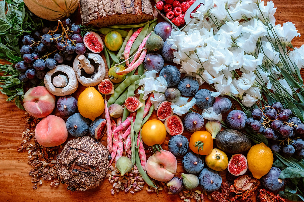 6 foods you should eat raw - beautiful arrangement of fruits, vegetables, flowers and bread
