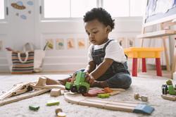 Bambino che gioca con i giocattoli di le