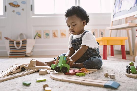 Kind spielt mit Holzspielzeug