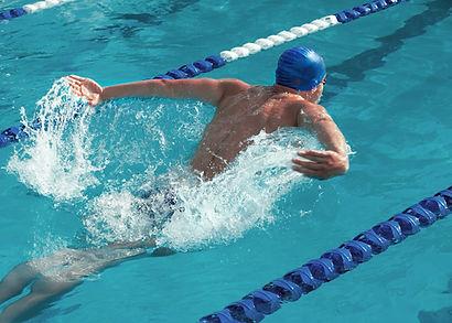 Schwimmer in Schwimmbahn