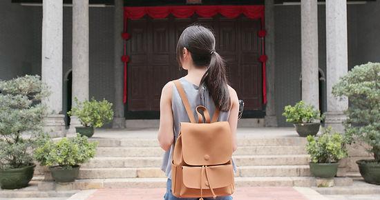 門の前の女性