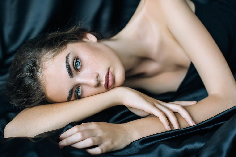 בכל מקרה, חשוב שאיפור השפתיים יהיה יפה ומדויק, במיוחד אם בחרנו בגוונים כהים ואטומים היוצרים הדגשה. איפור שפתיים מדויק ובחירת גוון נכונה, יעניקו מראה קורן ומושלם.