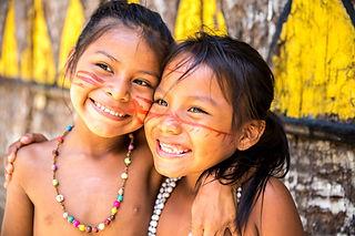 Ragazze brasiliane in comunità nativa in Brasile