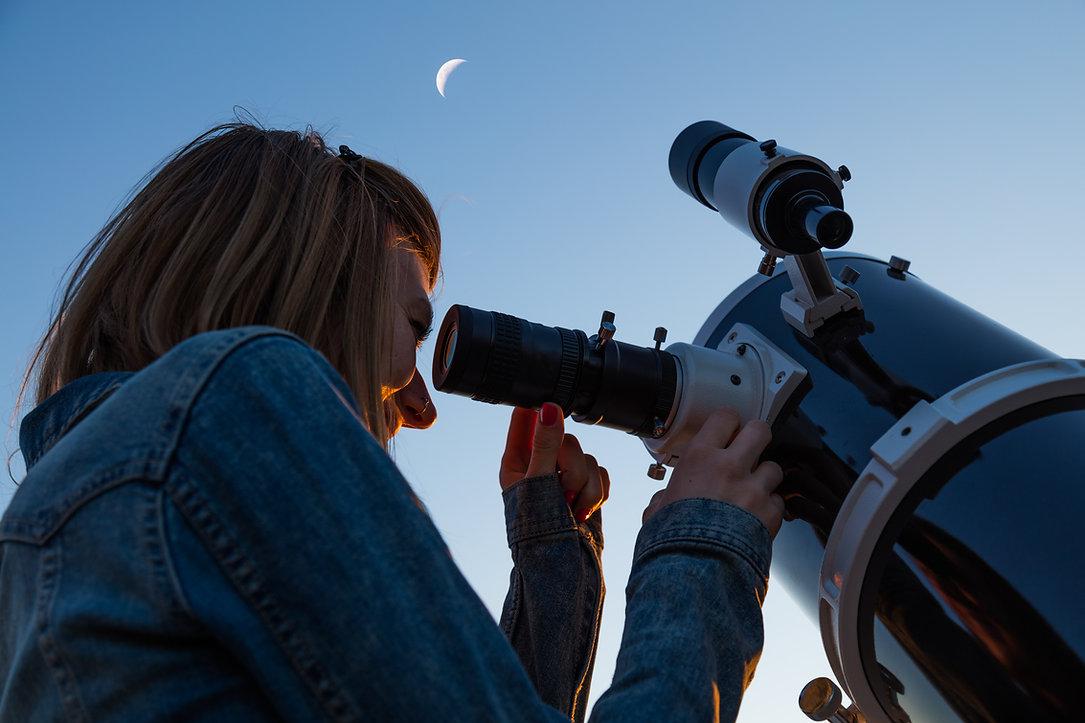 망원경을 통해 보며