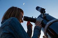 Kijkend door telescoop