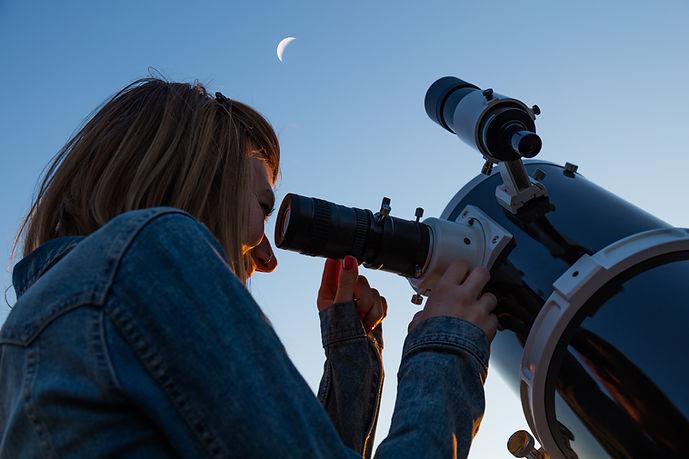 Regardant à travers le télescope