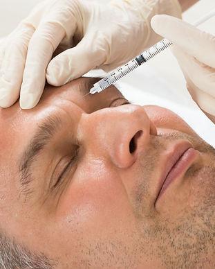 Hombre recibiendo Botox