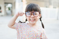Klein kind met grote glazen