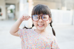 Niño pequeño con gafas grandes