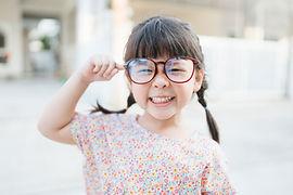 Petit enfant avec de grandes lunettes