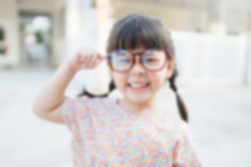 ぶかぶかメガネの少女