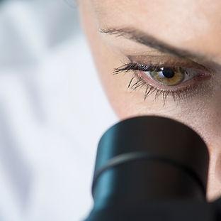 Scientifique utilisant un microscope