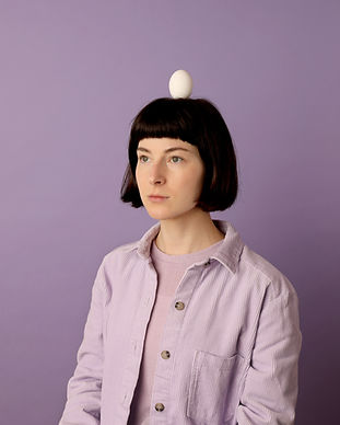 Девушка с яйцом на голове